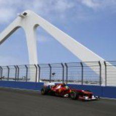 Felipe Massa pasa por el puente del Valencia Street Circuit
