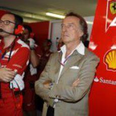 Luca di Montezemolo y Stefano Domenicali observan lo que ocurre en la pista