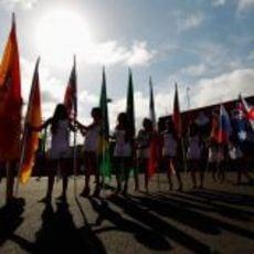 Las 'pit babes' de Valencia con las banderas de los pilotos de la parrilla