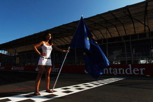 'Pit babe' con la bandera de Europa en la línea de meta del VSC