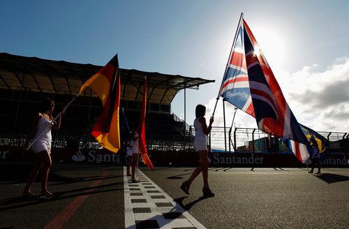 Las banderas de las 'pit babes' en la línea de meta de Valencia