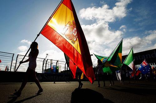 'Pit babe' con la bandera de España en Valencia