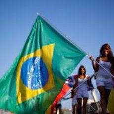 'Pit babe' con la bandera de Brasil en Valencia