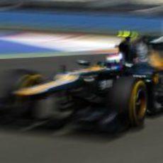 Vitaly Petrov vuela sobre el Valencia Street Circuit