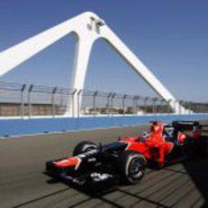 Timo Glock pasa por el puente móvil del Valencia Street Circuit