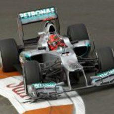Michael Schumacher completa una vuelta lanzada en Valencia