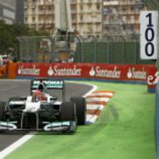 Michael Schumacher pasa junto a los muros en Valencia