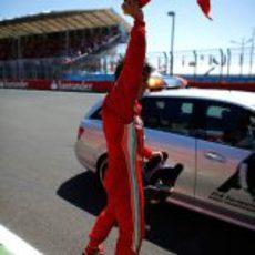 Fernando Alonso ondea la bandera de España en Valencia