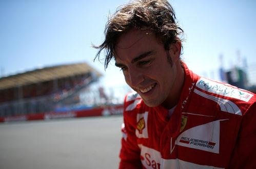 Fernando Alonso sudoroso y feliz tras ganar en Valencia 2012