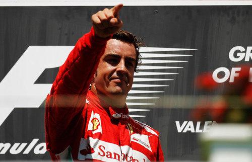 Alonso dedica la victoria en Valencia a su público