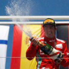 Fernando Alonso descorcha el champán en el GP de Europa 2012