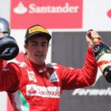 Fernando Alonso levanta su trofeo de ganador en Valencia