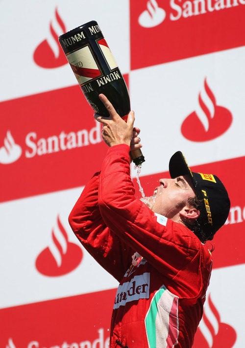 Alonso se empapa en champán en el podio de Valencia 2012