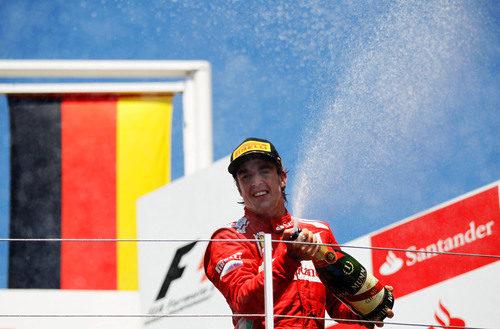 Fernando Alonso riega a sus mecánicos con champán en el GP de Europa 2012