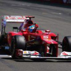 Fernando Alonso levanta el puño al ganar el Valencia 2012