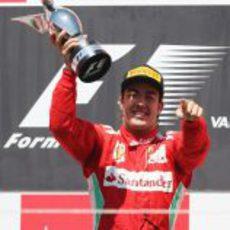Fernando Alonso levanta su trofeo de ganador en el GP de Europa 2012