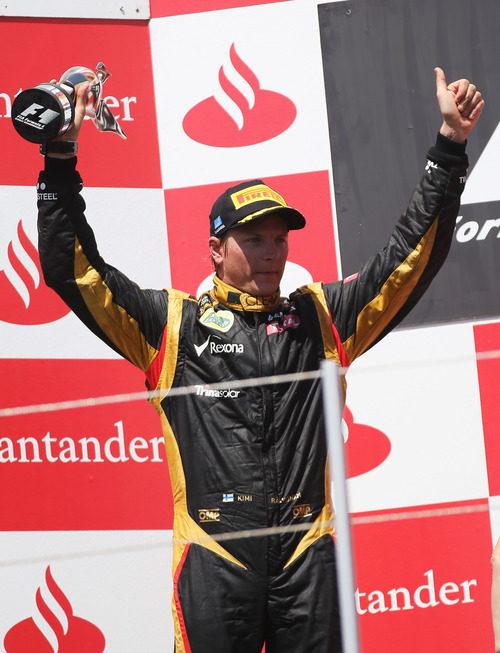 Kimi Räikkönen levanta su trofeo en el GP de Europa 2012