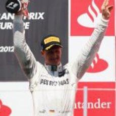 Michael Schumacher levanta su trofeo en el GP de Europa 2012