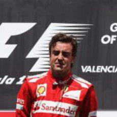 Fernando Alonso muy emocionado en el podio de Valencia 2012