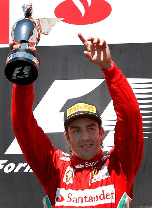 Fernando Alonso con su trofeo en el podio de Valencia 2012