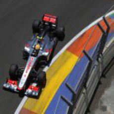 Lewis Hamilton progresa tras su primera parada en carrera