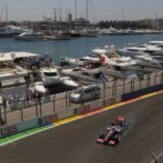 Jenson Button se pasa de frenada en el Valencia Street Circuit