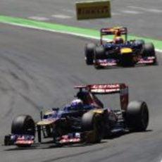 Daniel Ricciardo intenta mantener posición en carrera