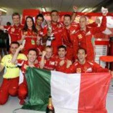 Algunos componentes de Ferrari celebran la victoria de Fernando Alonso