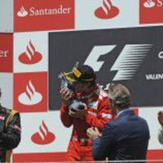 Fernando Alonso besa el trofeo en el podio