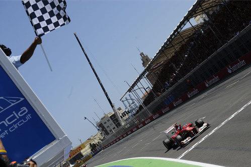 La bandera a cuadros se rinde ante la victoria de Fernando Alonso