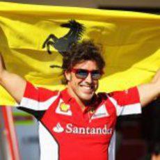 Fernando Alonso celebra su victoria en Valencia con la bandera de Ferrari