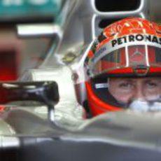 Michael Schumacher se concentra para la carrera en Valencia