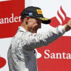 Michael Schumacher saluda desde el podio en Valencia