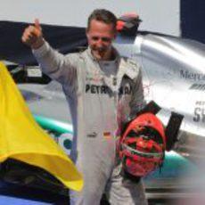 Mcihael Schumacher baja del coche y saluda a los aficionados
