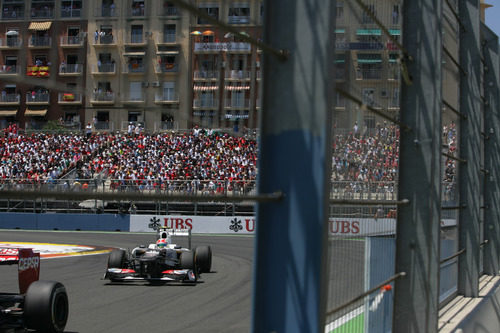 Sergio Pérez recupera posiciones desde muy atrás