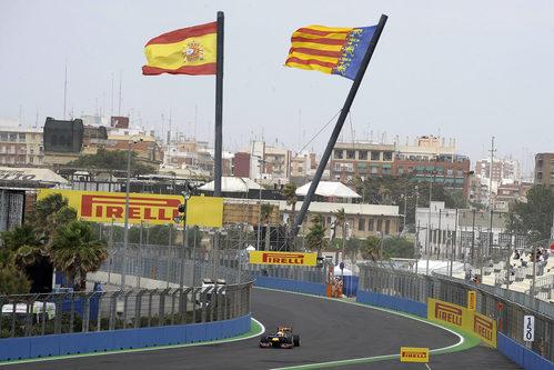 Vettel pasa bajo las banderas de España y Valencia