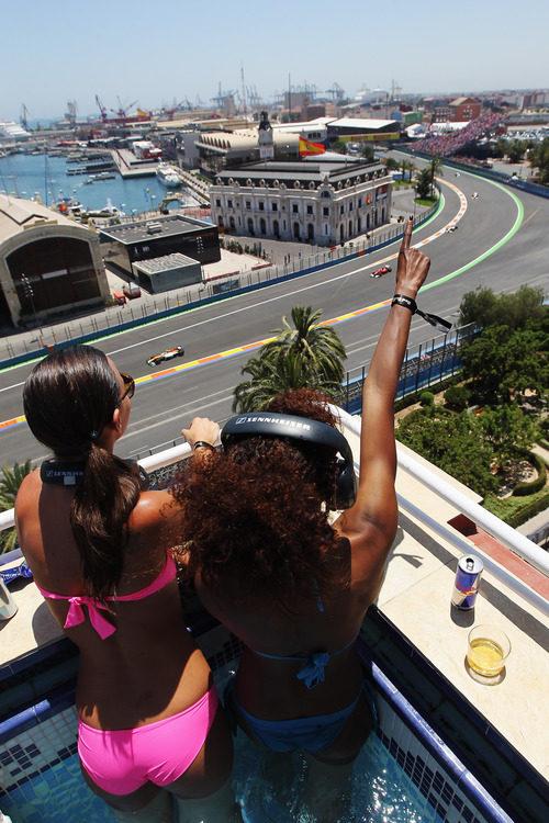 Las chicas de Red Bull miran la carrera de Valencia