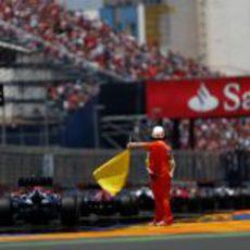 Un comisario cierra la parrilla de salida del GP de Europa 2012