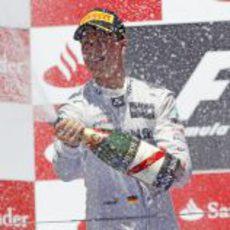 Michael Schumacher descorcha el champán en el podio de Valencia