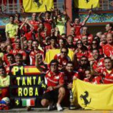 Ferrari y Fernando Alonso celebran la victoria del equipo en España
