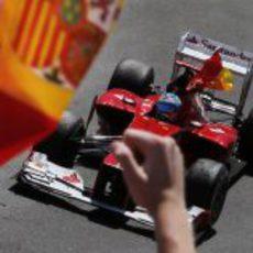 Fernando Alonso con la bandera de España en su coche