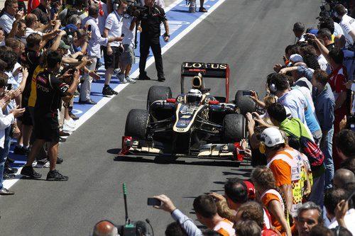 Kimi Räikkönen llega al 'pit lane' tras la carrera en Valencia