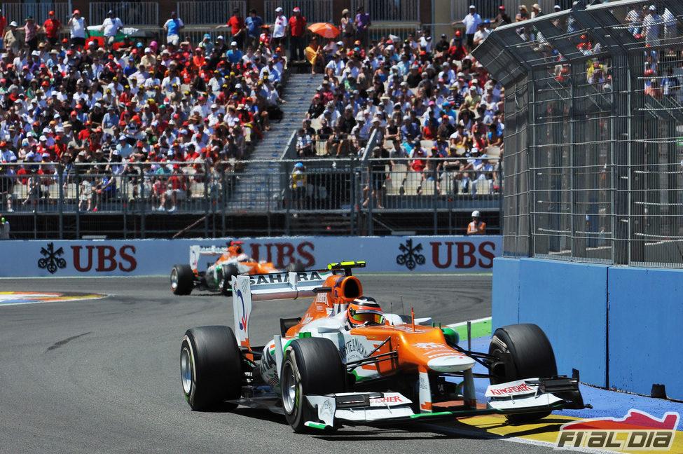 Nico Hülkenberg sale de una curva en el Valencia Street Circuit