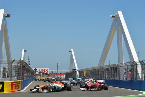 Nico Hülkenberg rueda por delante de Fernando Alonso en Valencia