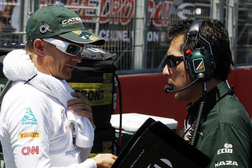 Heikki Kovalainen habla con su ingeniero antes de comenzar la carrera