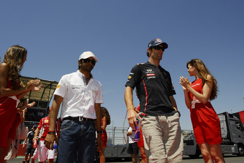 Narain Karthikeyan y Mark Webber en el Drivers Parade