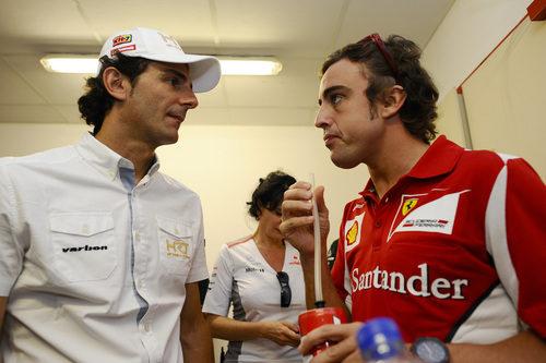 Pedro de la Rosa y Fernando Alonso charlan