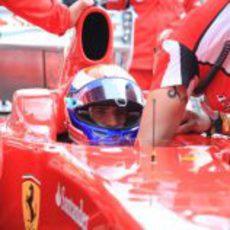 Marc Gené preparándose para pilotar el F60 en Goodwood