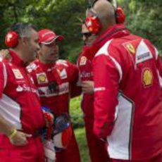 Marc Gené habla con algunos de los ingenieros de Ferrari