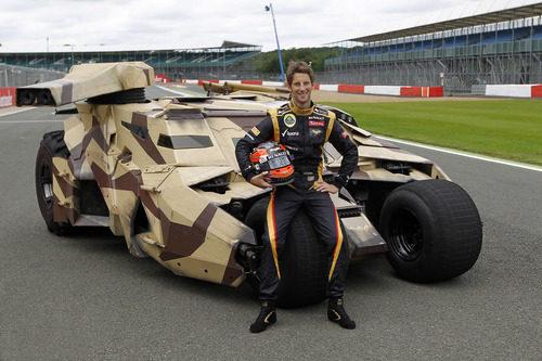 Romain Grosjean sentado en el Batmóvil en Silverstone